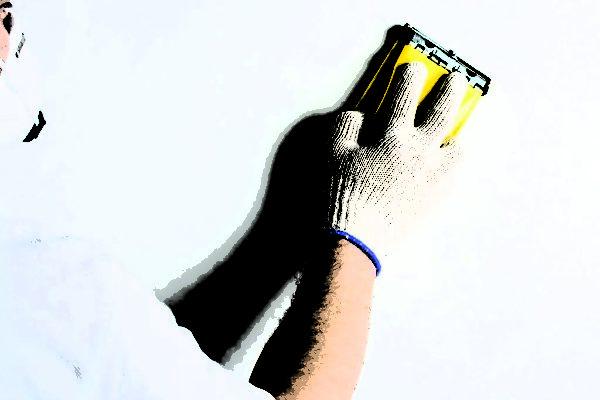 При затирке штукатурки обязательно используем противопылевой респиратор