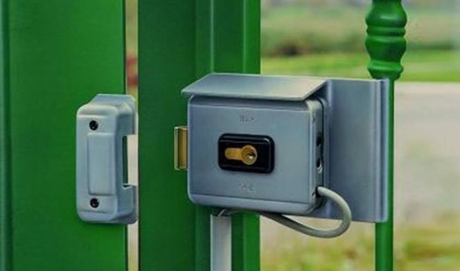 Пример электромеханического замка, установленного на калитку