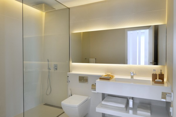 Пример использования большого зеркала в маленькой ванной комнате