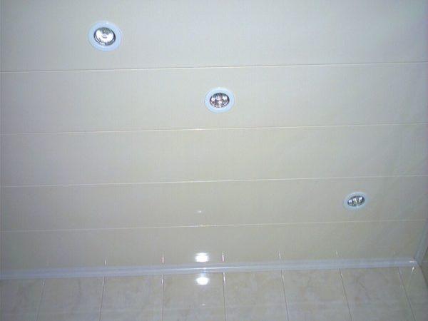 Пример комбинации светлых панелей с кафельной плиткой