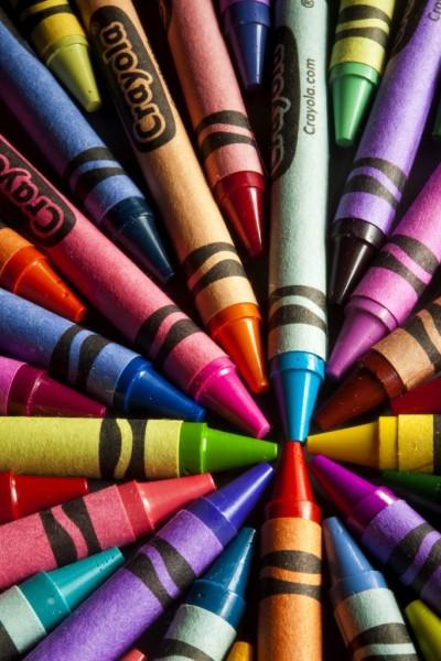 Примеры восковых карандашей различных цветов и оттенков