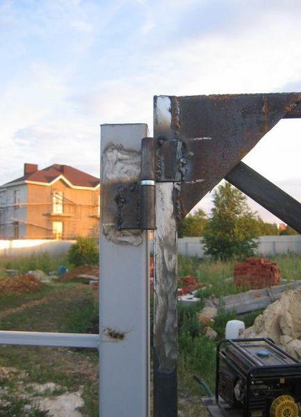 Приваривание петель производится только после проверки открывания ворот