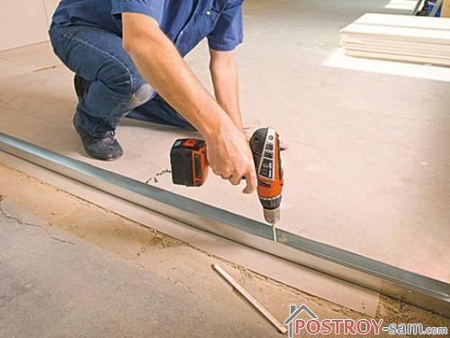 Профиль крепится к полу, стенам и потолку дюбелями.