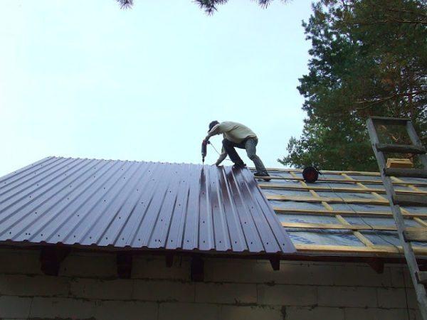 Прокрыть крышу профнастилом под силу каждому умельцу — нужно лишь соблюдать технологию