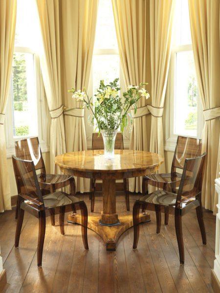 Прозрачные стулья, сверкающая столешница расширяют пространство столовой
