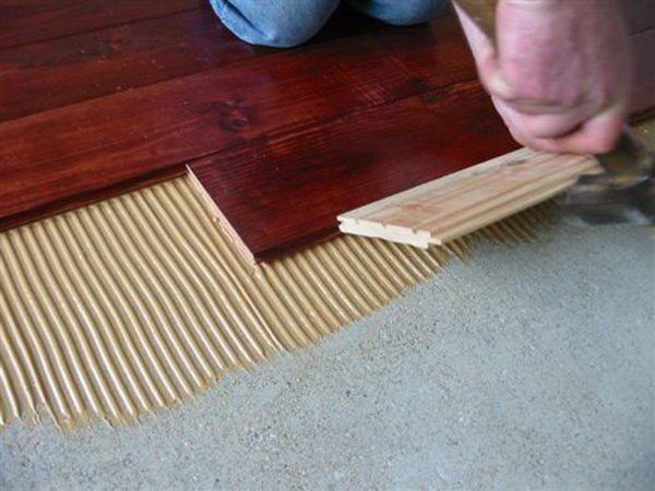 Прямо к стяжке небольшие планки можно приклеить двухкомпонентным составом.