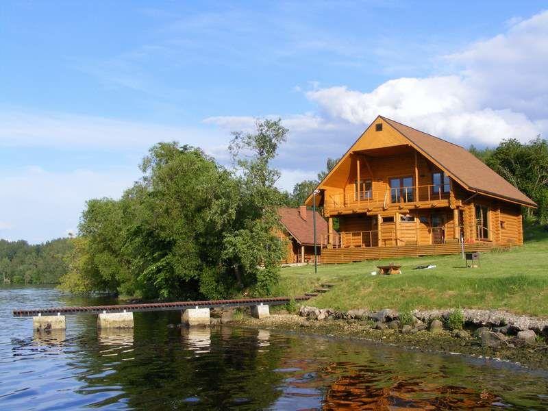 Расположение дома обеспечивает хороший обзор близлежащего озера с балкона и террасы.