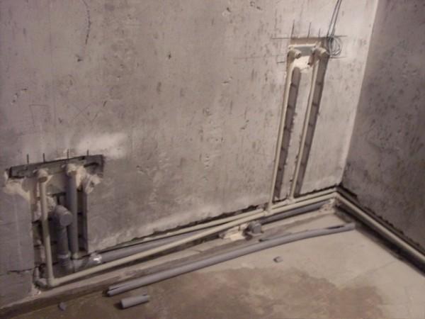 Расположение труб в стенах позволяет сэкономить пространство и скрыть их в процессе отделки