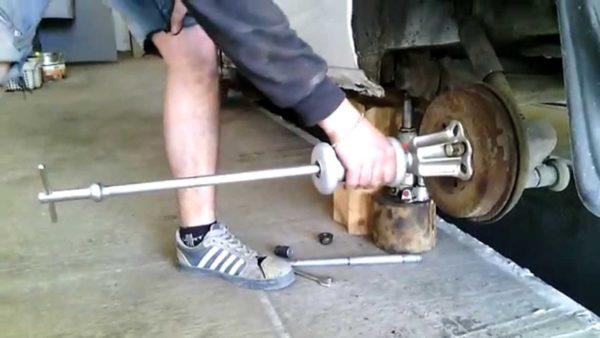 Разборка узла барабанного тормоза — это непростое занятие, пока вы не попробуете применить обратный молоток для споттера.