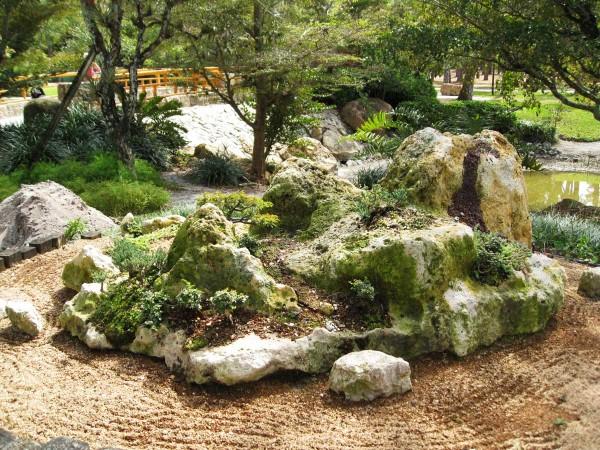 Рокарий - вариант, в котором главные не растения, а камни