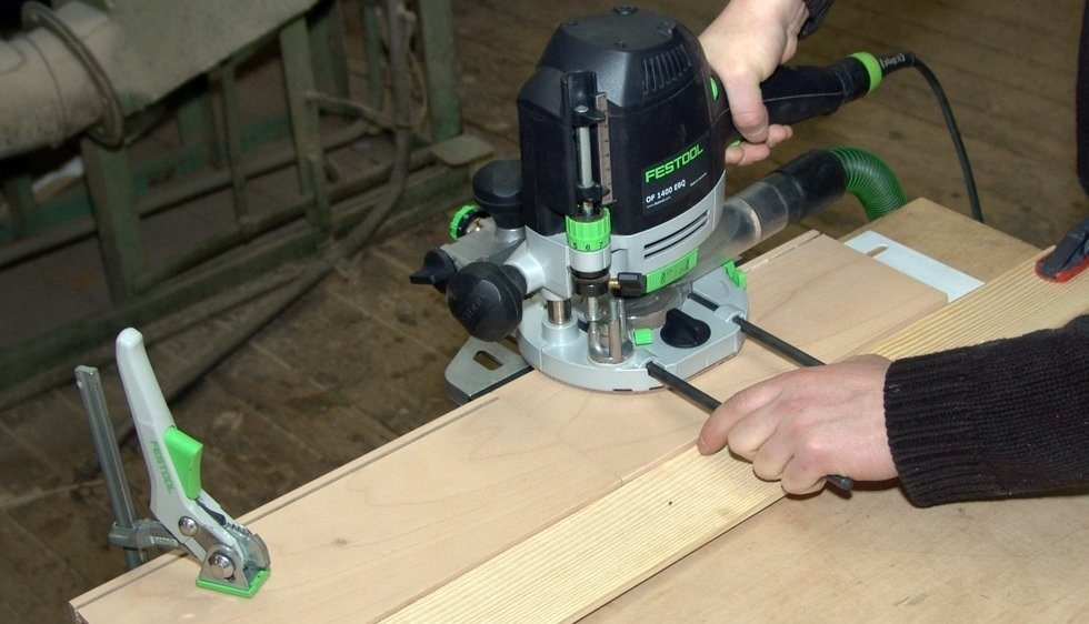 Работа на ручных фрезерных станках по дереву