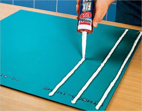 С помощью жидких гвоздей вы без труда приклеите зеркало к керамике, штукатурке или древесине