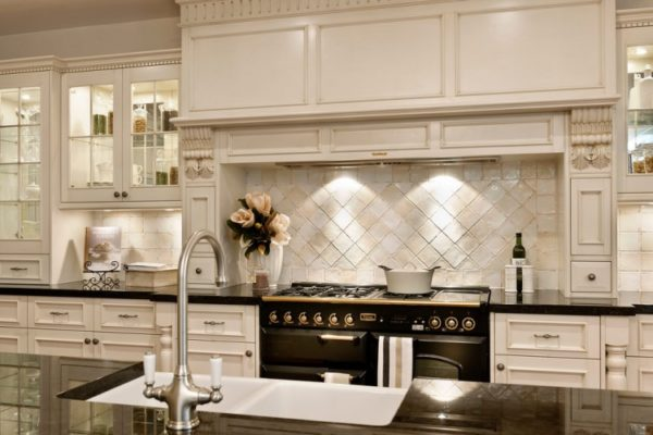 Сдержанная красота резной мебели в светлых тонах говорит о респектабельности и хорошем вкусе.