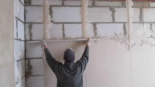 Штукатурка позволяет выровнять стены