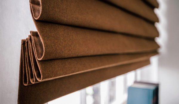 Складки, формируемые особым видом драпировки ткани и швом-фиксатором, напоминают одеяние римлян — отсюда название римских штор