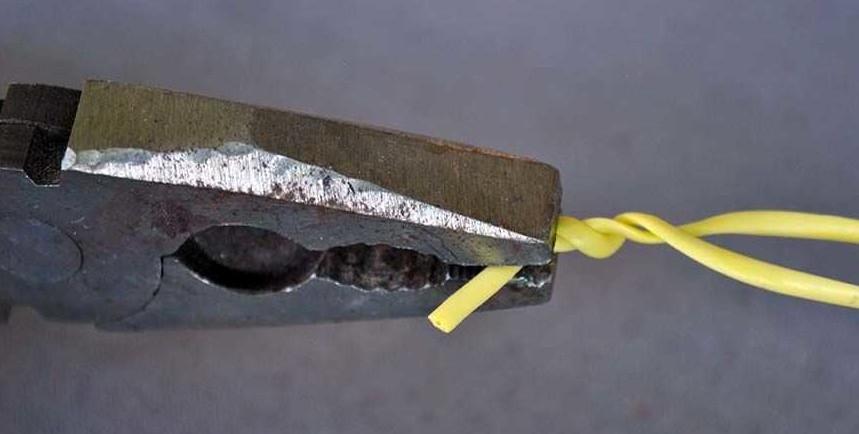 Скручивание проводов тонкими краями рабочей части инструмента