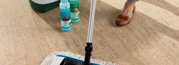 Следить за чистотой пробкового пола несложно, ведь он не боится ни влажной уборки, не применения при этом бытовой химии