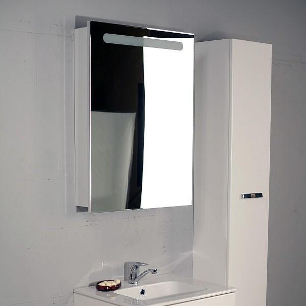 Современный зеркальный шкафчик над ванной