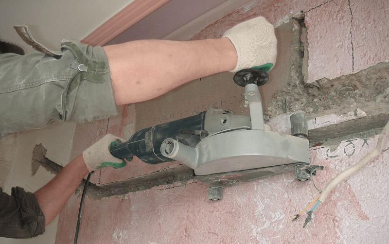 Создание штробы в бетонной стене с помощью «болгарки»