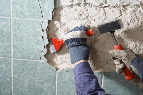 Старая керамика удаляется зубилом и молотком или перфоратором