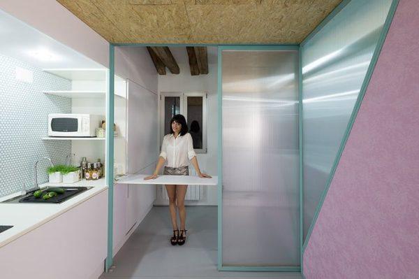 Стеклянные поверхности не только не перегружают пространство, но и делают его более воздушным