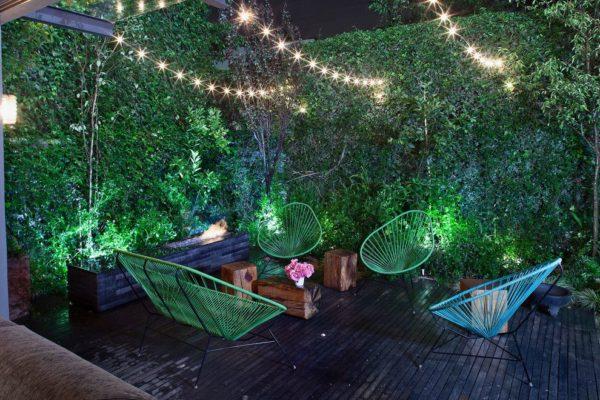 Стены, увитые плющом, в сочетании с оригинальной подсветкой создают иллюзию пребывания в каком-то сказочном лесу