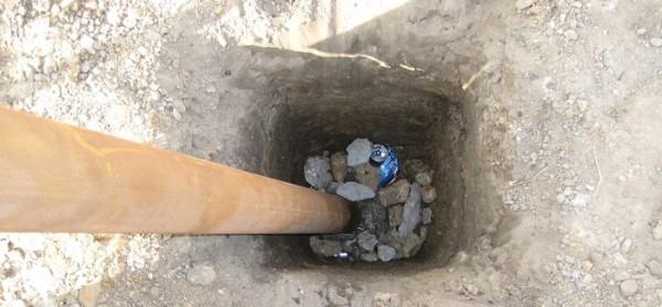 Столб ставится на камни на нужной высоте, после чего яма засыпается наполнителем до верха