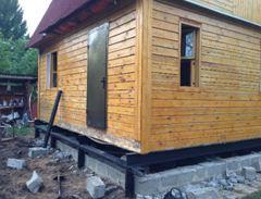 Свайная конструкция обойдется значительно дешевле бетонного основания