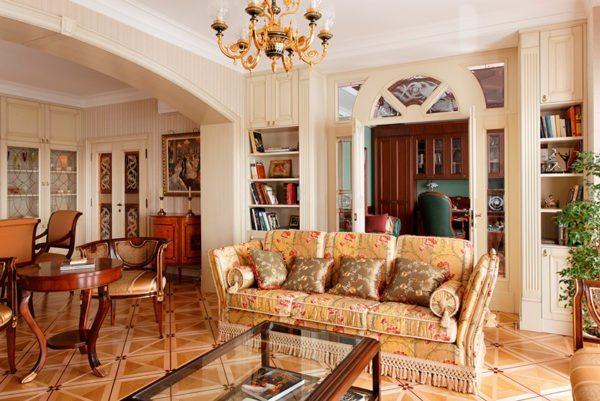 Светлая обивка дивана в классическом интерьере прекрасно сочетается с натуральным деревом.
