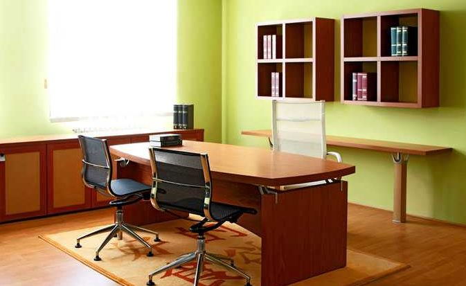 Светлые тёплые оттенки используются для расширения офисного пространства