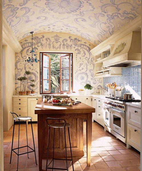 Светлые тона и витиеватые узоры на стенах вызывают романтичное настроение.
