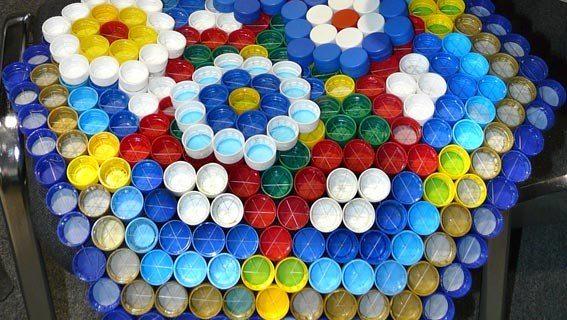 Связанное из пластиковых крышек полотно легко превращается в массажный коврик, для этого достаточно его перевернуть