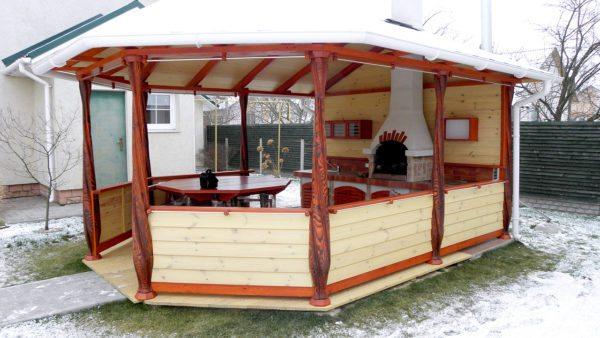 Такая беседка с мини-кухней станет любимым местом летнего отдыха для вашей семьи.