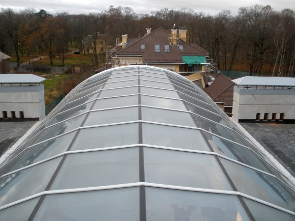 Такие крыши встречаются нечасто, но если вы хотите сделать над гаражом теплицу, то это решение станет отличным вариантом
