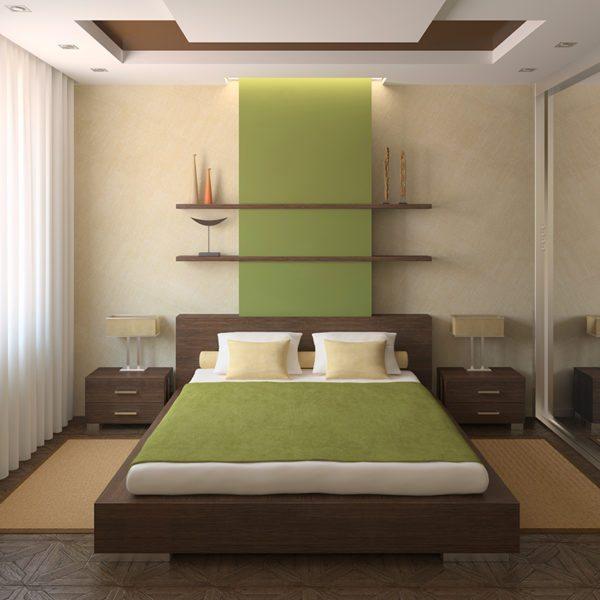 Теплая вставка над изголовьем кровати может удачно разбавить тяжелые элементы мебели.