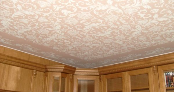 Тканевые потолки хорошо вписываются в классические интерьеры