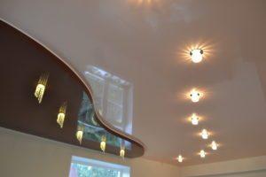 Точечная подсветка хорошо зонирует помещение.