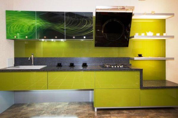 Точечное освещение и яркие, аппетитные цвета делают кухонный гарнитур более теплым и домашним.