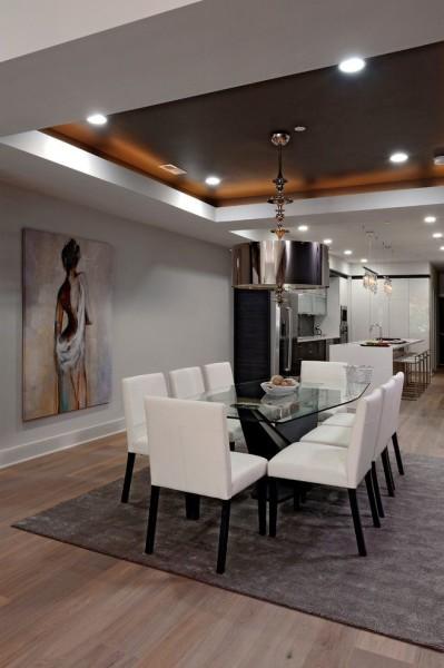Точечные светильники на натяжном потолке могут быть установлены одновременно с люстрой