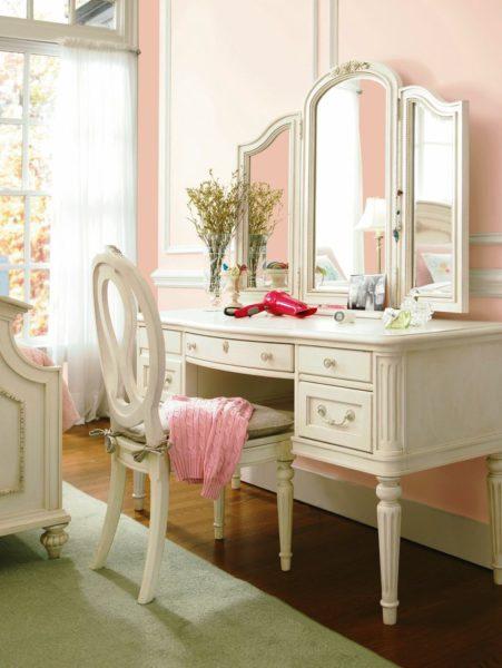 Трельяж не только помогает следить за собой, но ещё и украшает комнату