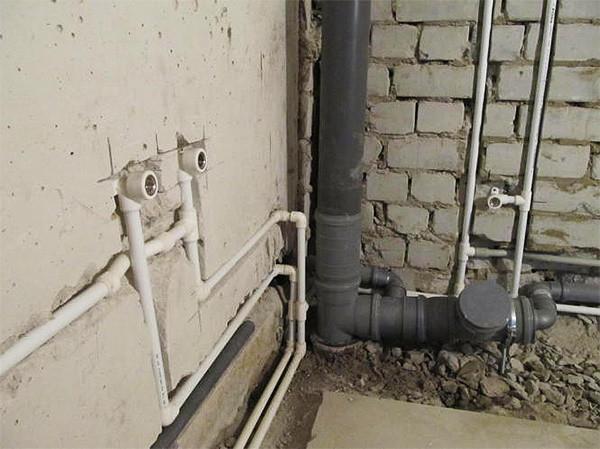 Трубы лучше спрятать в стене