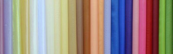 Тюль-вуаль различных оттенков может быть самостоятельным элементом, а может служить фоном для фантазий