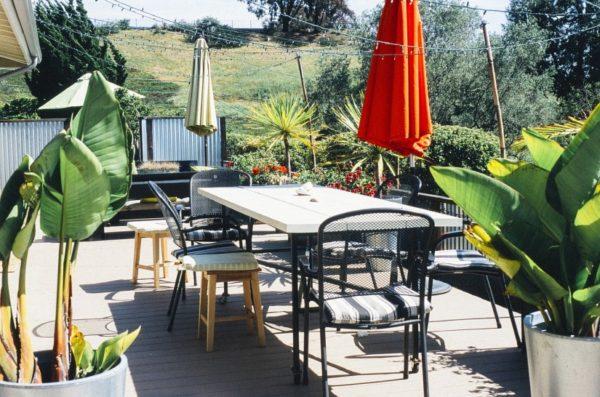 Удобный столик — душа любого патио, именно за ним собирается семья или компания друзей