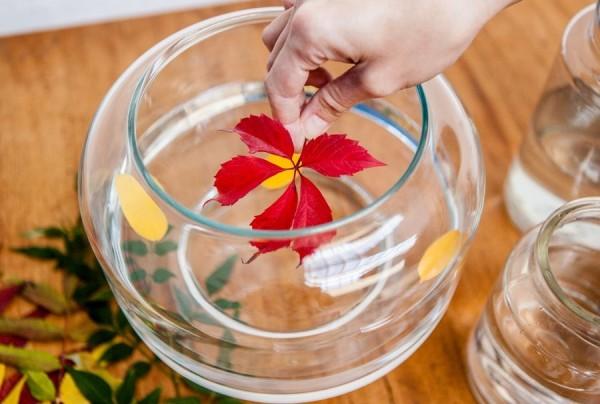 Украсить гелиевую свечку можно даже сушеными листьями