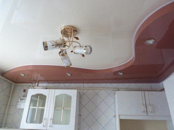Украсить интерьер кухни и сделать его оригинальным позволяют двухуровневые глянцевые потолки
