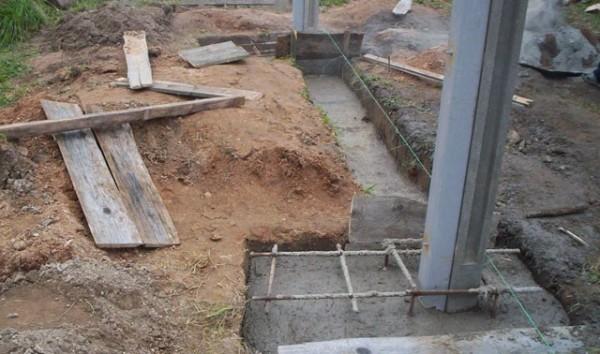 Уровень бетона под проездом должен быть ниже, чем у столбов, чтобы не получилось возвышения