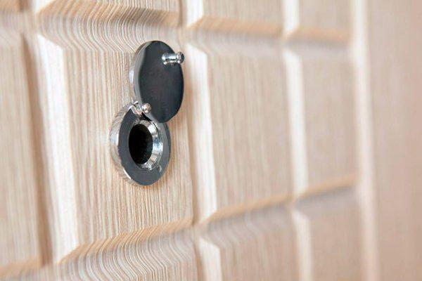 Установив глазок на дверь, вы сможете контролировать ситуацию около входа в дом или квартиру