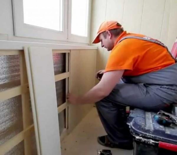 Установка стеновых панелей в промежутке под остеклением