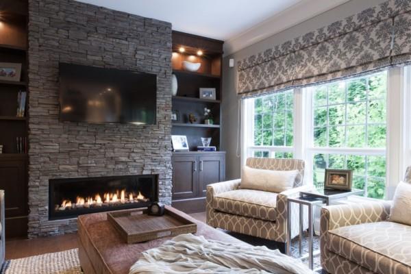 Уютная гостиная с камином в частном доме