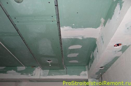 Уже обшитый и заизолированный потолок в ванне